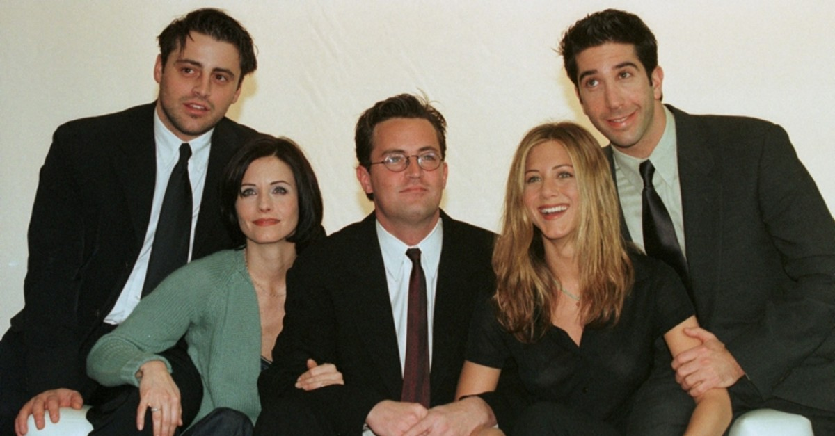 The cast of the American TV sitcom ,Friends, (L to R) Matt LeBlanc, Courteney Cox, Matthew Perry, Jennifer Aniston and David Schwimmer pose on March 25, 1998. (Reuters Photo)