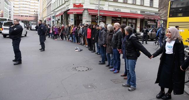 ألمان يشكلون سلسلة بشرية ضد العنصرية في برلين