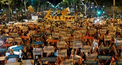 pDie Spannungen zwischen der nach Unabhängigkeit strebenden Region Katalonien und der Zentralregierung in Spanien nehmen weiter zu: Aus Protest gegen die Untersuchungshaft zweier einflussreicher...