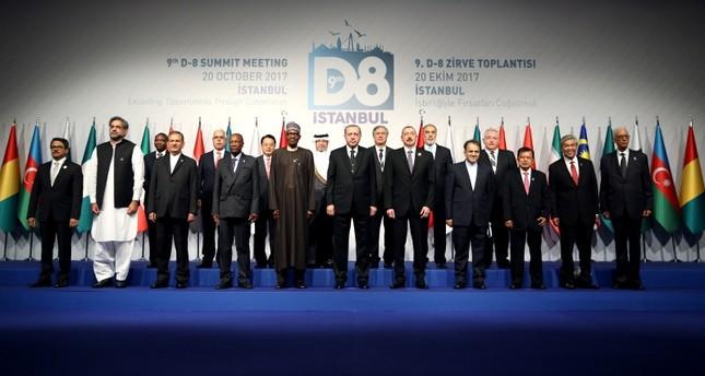 أرشيفية- صورة جماعية لقادة مجموعة الدول الثماني عقب انتهاء القمة في أكتوبر 2017  (وكالة الأناضول للأنباء)