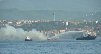 pAuf einem LPG-Tanker im nordwestlichen Golf von Izmit brach am Samstagmittag ein großes Feuer aus./p  pLaut ersten Angaben wurden bei dem Brand drei Personen verletzt./p  pDas Feuer wurde nach...