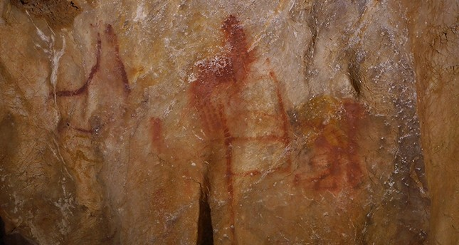 Neanderthal paintings are seen in a cave in Pasiega, Spain in this photo obtained Feb.  21, 2018 (Reuters Photo)