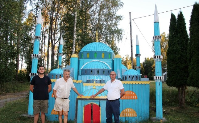 Svenberg (middle) poses with a replica of a Turkish mosque.