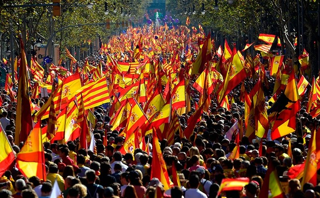 Protesters wave Spanish and Catalan Senyera flags during a pro-unity demonstration, Barcelona, Spain, Oct. 29, 2017. (AFP Photo)