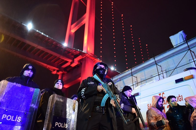 Turkish anti-riot police officers stand guard at the site of an armed attack January 1, 2017 in Istanbul. (AFP Photo)