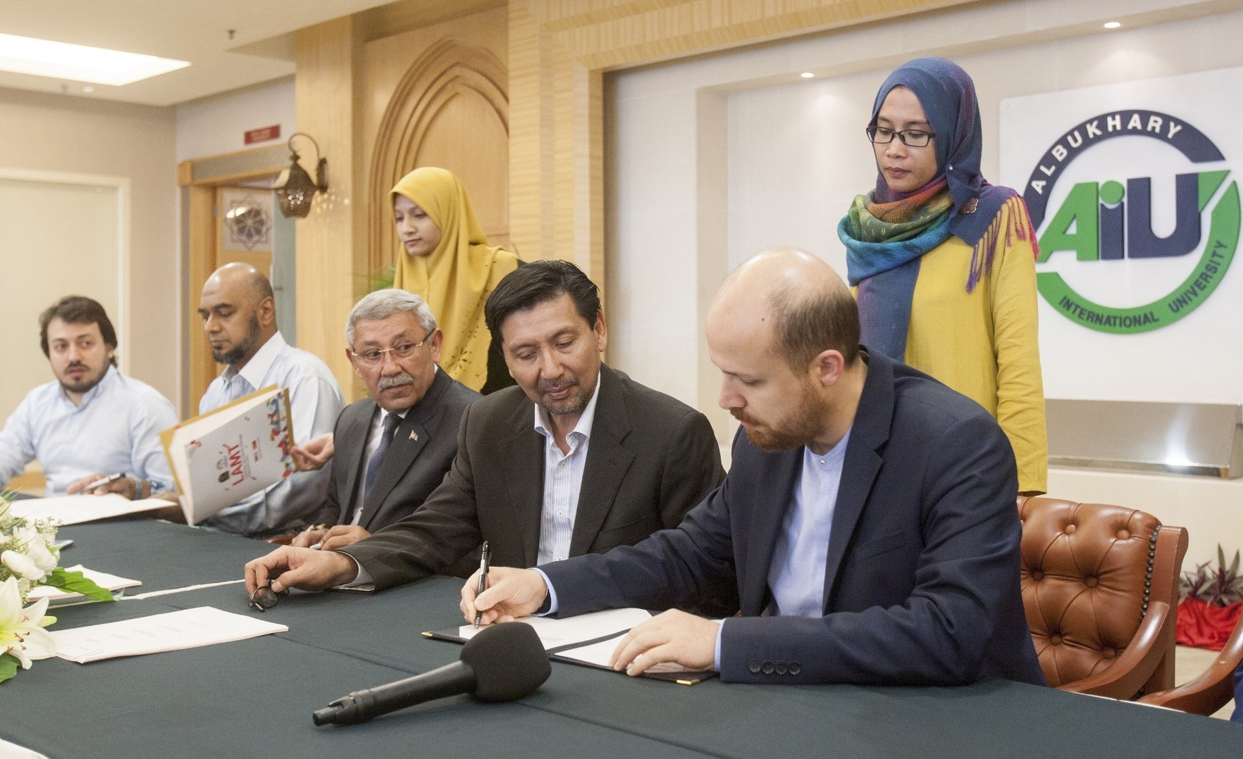 The agreement is signed by the officials (AA Photo)