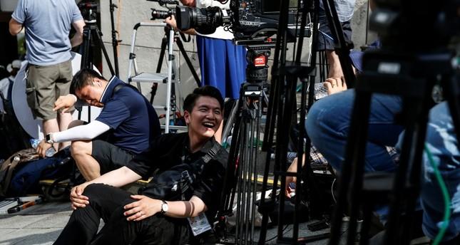 صحفيون بانتظار لقاء القمة غدا ترامب- كيم جونغ أون (AP)