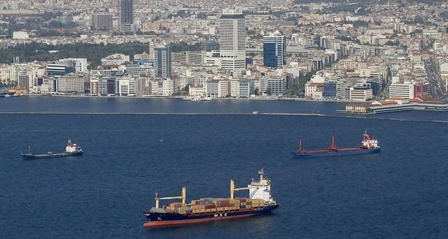 سفن راسية بالقرب من سواحل إزمير