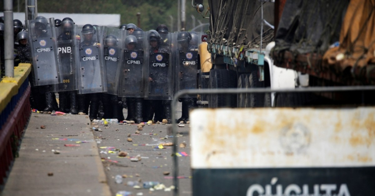 Venezuela's security forces block the Francisco de Paula Santander bridge on the border line between Colombia and Venezuela (Reuters Photo)