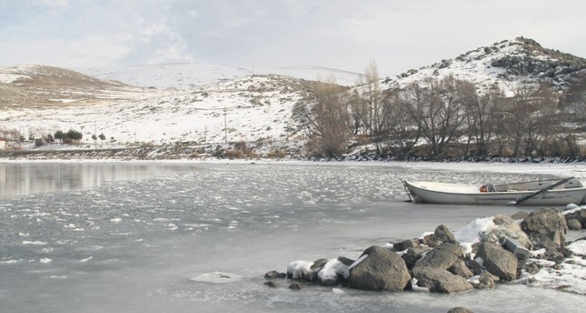 Lake Çıldır starts to freeze, Turks enjoy winter