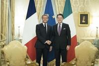 الرئيس الفرنسي إيمانويل ماكرون مع رئيس الوزراء الإيطالي جوزيبي كونتي (الأناضول)