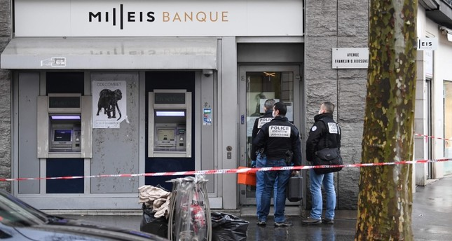 French police check the entrance to the Milleis Banque close to the Champs-Elysees Avenue in central Paris on January 22, 2019, following a robbery earlier in the day. AFP Photo