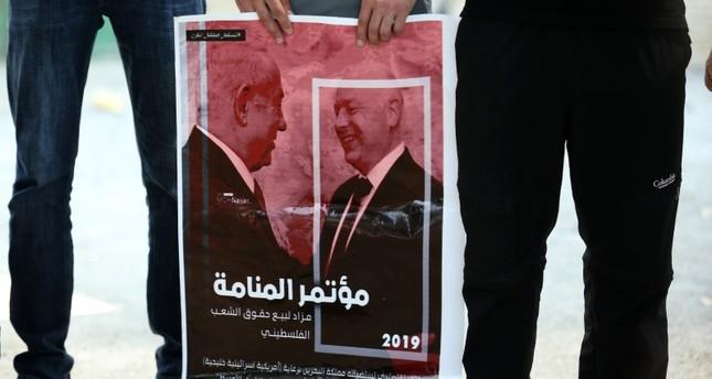 مظاهرة مناهضة لورشة المنامة في الضفة الغربية (الأناضول)