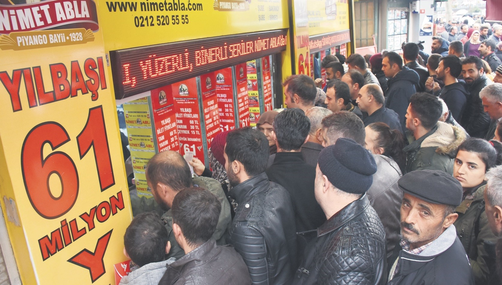 A large crowd gathers outside the u2018luckyu2019 ticket shop to buy tickets for a grand prize of TL 61 million.