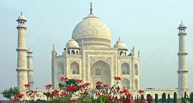 Taj Mahal's mosque closed to prayer except Fridays