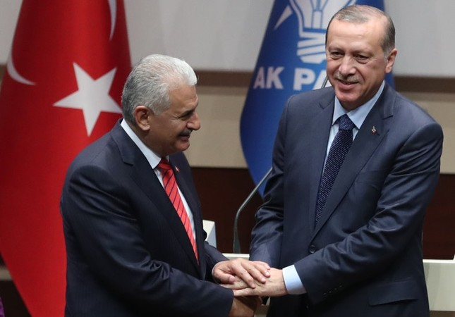 President Erdoğan and PM Yıldırım, shake hands at the meeting held to welcome the president back to the AK Party in early May. PM Yıldırım is expected to be to become second-in-command at the party after President Erdoğan's return.