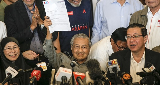 Mahathir Mohamad (C) former Malaysian prime minister, chairman of The Alliance of Hope and current prime ministerial candidate shows a letter to the king during a media conference in Kuala Lumpur, Malaysia, May 10, 2018. (AP Photo)