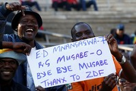 مواطنون يحتفلون باستقالة موغابي (رويترز)