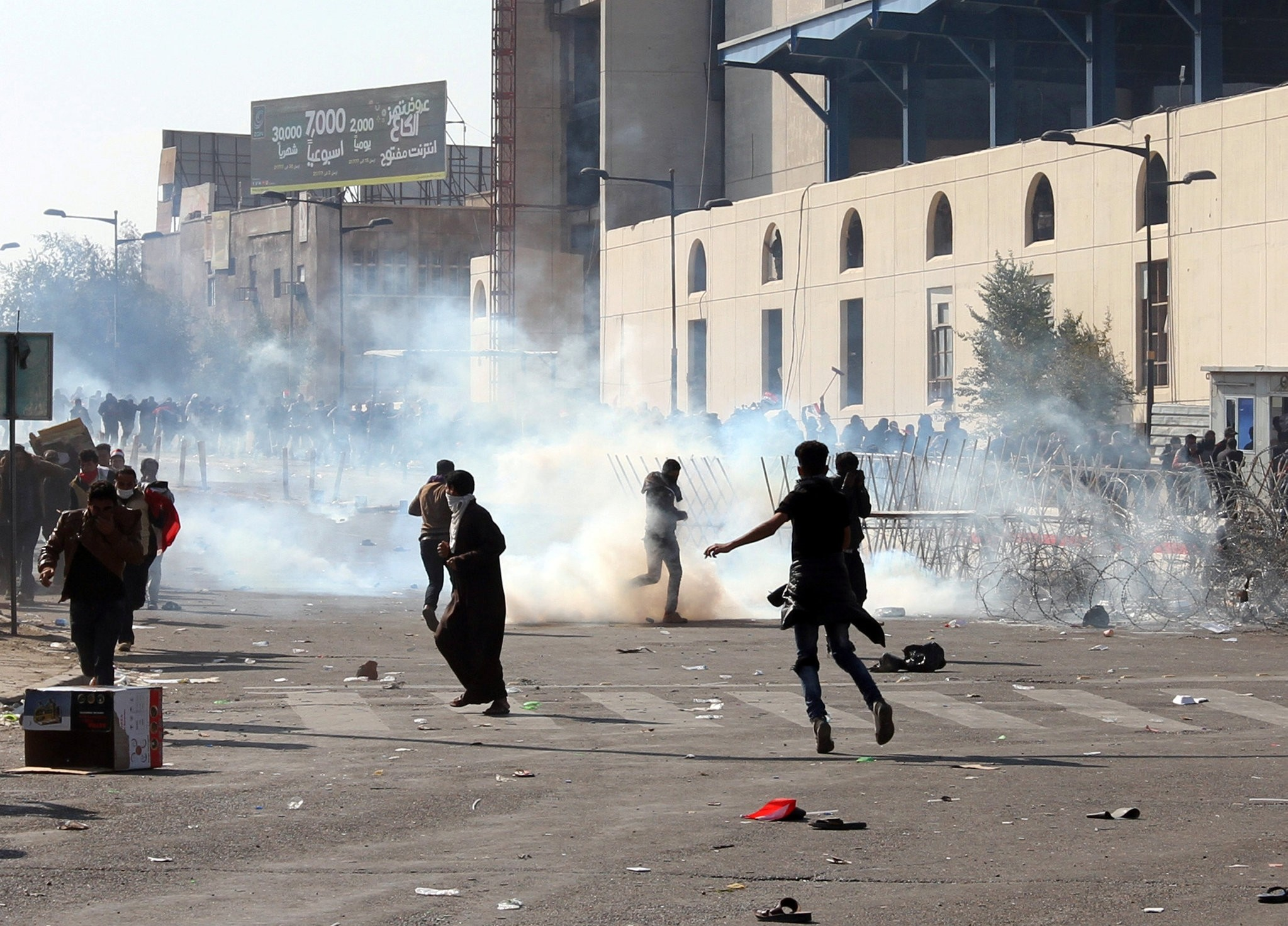 Protesters run from tear gas fired after supporters of Iraqi Shi'ite cleric Moqtada al-Sadr tried to approach the heavily fortified Green Zone Square in Baghdad, Iraq February 11, 2017. (REUTERS Photo)