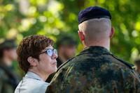 AKK erhöht Druck auf Bahn bei Soldaten-Freifahrten