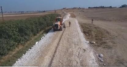 وزارة الدفاع التركية تقوم بإنشاء وتعبيد طريق جديد في تل أبيض السورية
