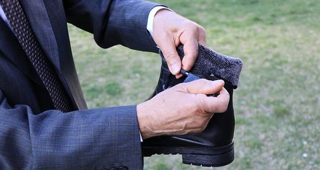مسن تركي يطور حذاء مزوداً بحهاز يمكنه تدفئة القدمين لساعات