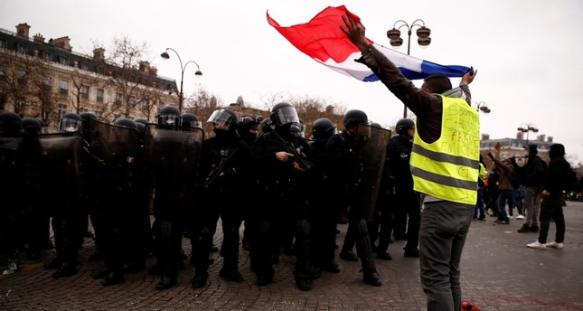 A protester wearing a yellow vest takes part in a demonstration by the yellow vests movement near the Arc de Triomphe in Paris, France, January 12, 2019. (REUTERS Photo)