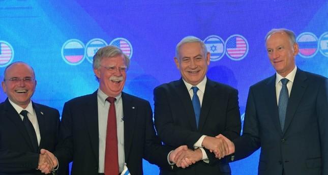 مستشار الأمن القومي الأمريكي مع نظيريه الإسرائيلي والروسي ورئيس الوزراء الإسرائيلي (الأناضول)