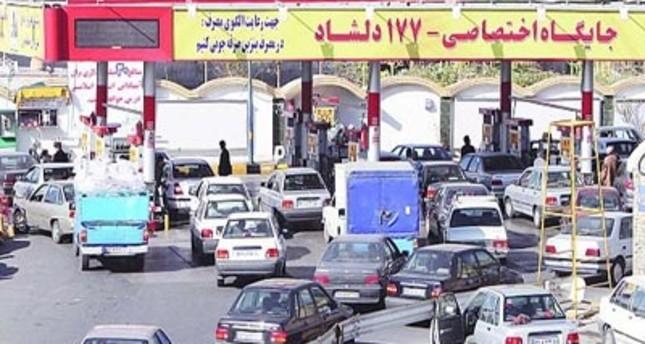 طوابير طويلة من السيارات أمام محطات تعبئة الوقود في إيران