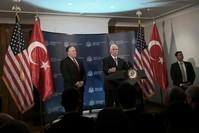 نائب الرئيس الأمريكي مايك بنس ووزير الخارجية بومبيو في مؤتمر صحفي  عقب انتهاء اجتماع بين الوفدين التركي والأمريكي في أنقرة (أسوشيتد برس)