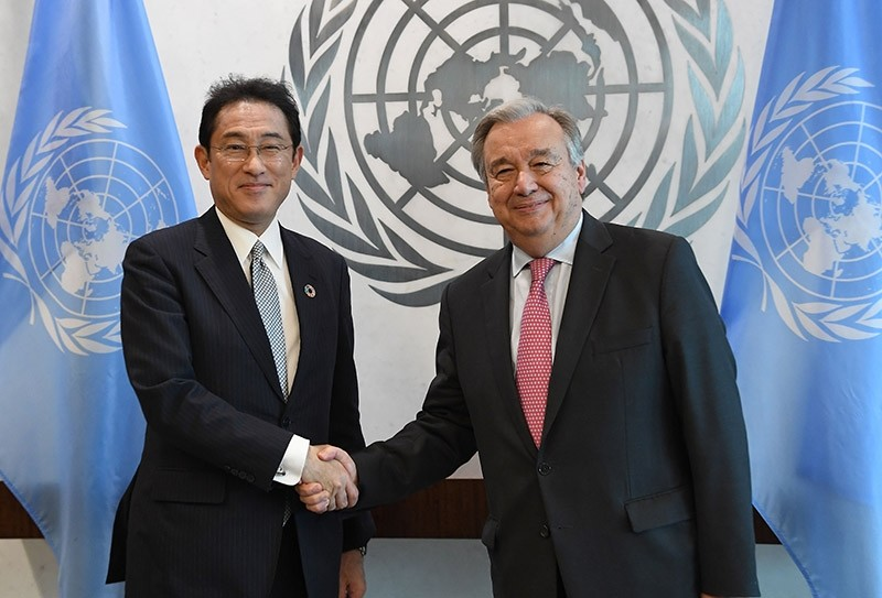 Japanese Foreign Minister Fumio Kishida (L) meets with United Nations Secretary General Antu00f3nio Guterres July 17, 2017 at the United Nations in New York. (AFP Photo)