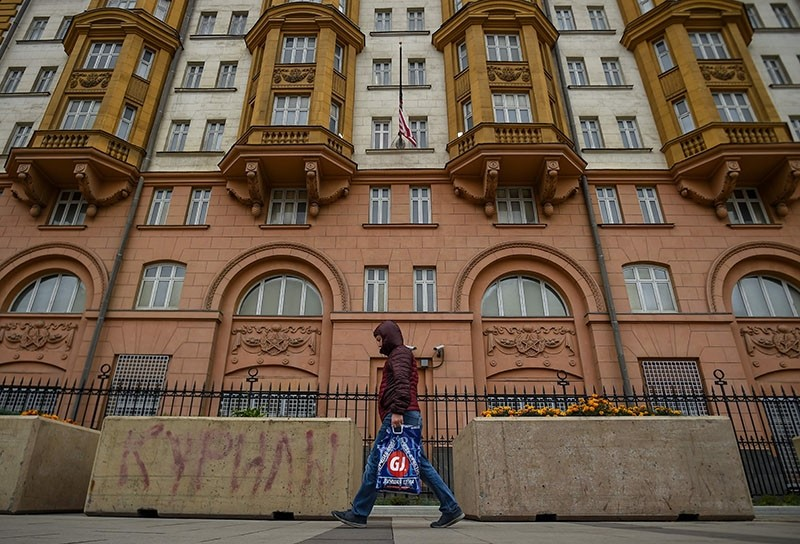 The US flag is lowered to half mast at the US embassy in Moscow on October 3, 2017 (AFP Photo)