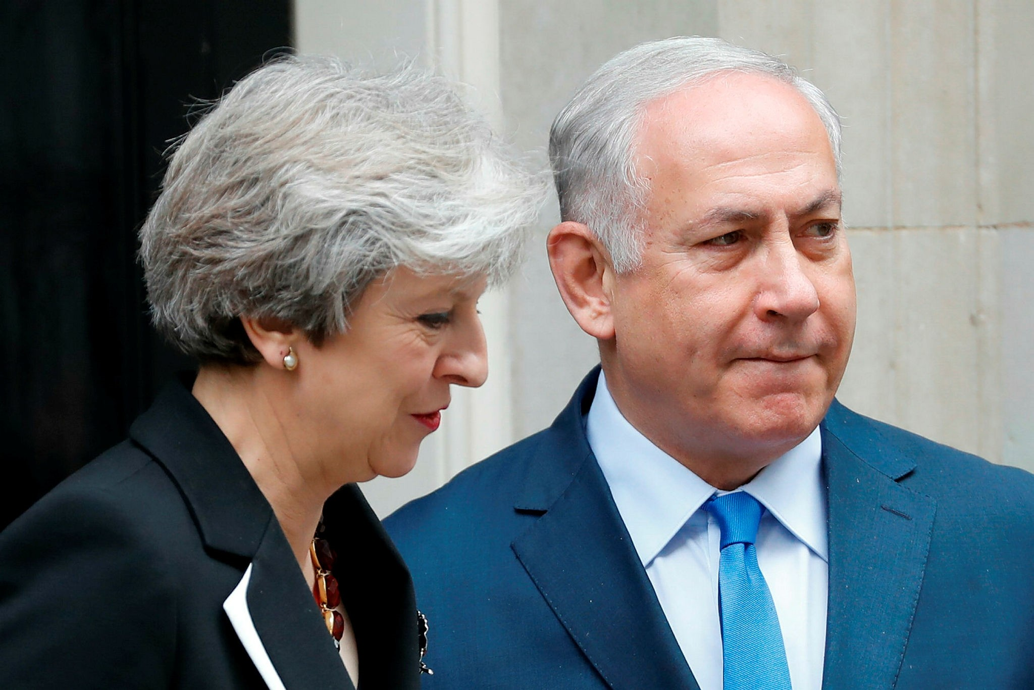 British Prime Minister Theresa May (L) poses with Israeli Prime Minister Benjamin Netanyahu outside 10 Downing street in London on November 2, 2017. (AFP Photo)