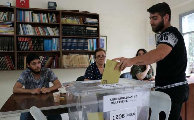 A Turkish citizen votes at the ballot box in the presidential and parliamentary elections held on June 24, 2018.