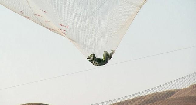 Aus 7600 Meter Höhe ohne Schirm in ein Netz gefallen