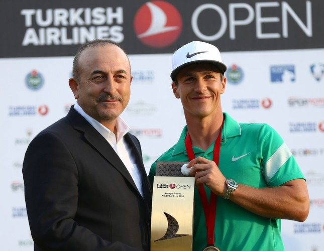 Foreign Minister Mevlüt Çavuşoğlu presented the award to Thorbjorn Olesen who won the Turkish Airlines Open.