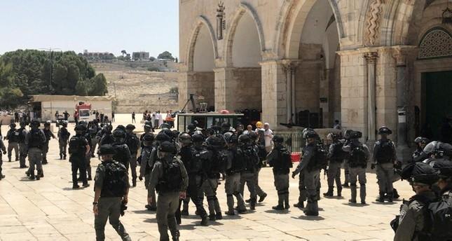 الشرطة الإسرائيلية تؤمن اقتحام مئات المستوطنين للمسجد الأقصى وتحاصر المصلين
