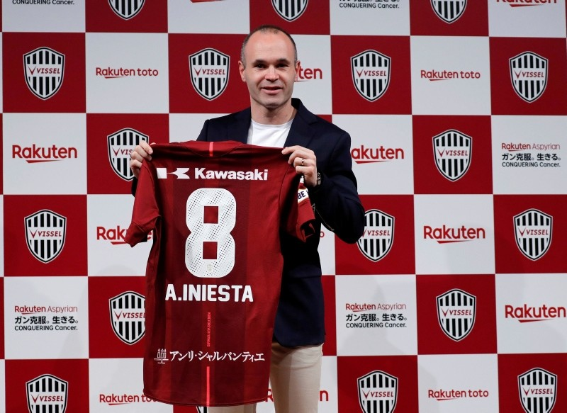Spain midfielder Andres Iniesta poses with his T-shirt at a news conference to announce signing for J-League side Vissel Kobe in Tokyo, Japan, May 24, 2018. (Reuters Photo)