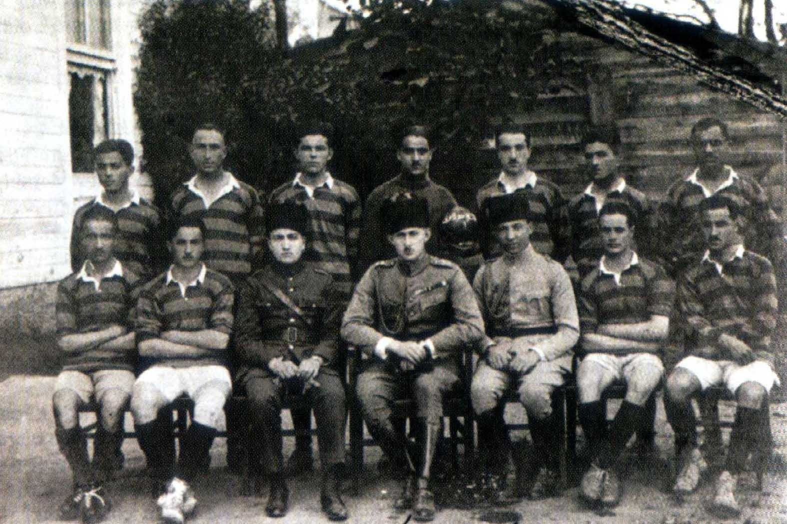 Shahzade u00d6mer Faruk, the son of the last Ottoman caliphate Abdu00fclmecid, (center) was the president of the Fenerbahu00e7e Sports Club from 1919 to 1924