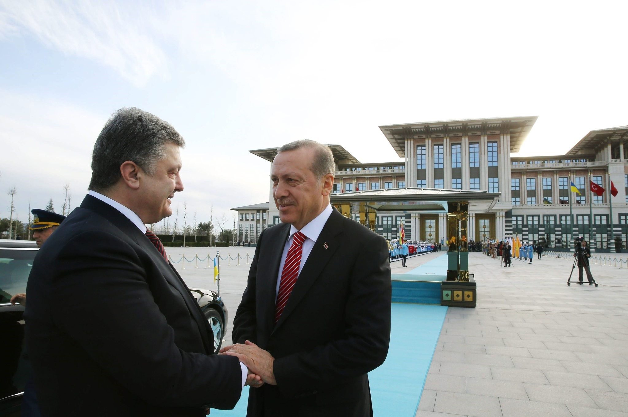 President Recep Tayyip Erdou011fan greets his Ukrainian counterpart Petro Poroshenko at the presidential complex in Ankara, Turkey. (AA Photo)