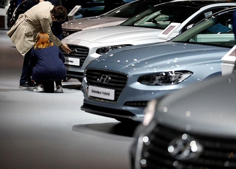 Visitors look at Hyundai Motor's sedan Grandeur during the 2017 Seoul Motor Show in Goyang, South Korea, March 31, 2017. (Reuters Photo)