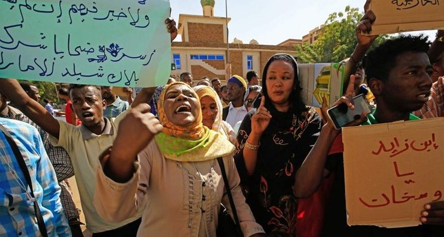 Sudanese demonstrators carry placards and chant slogans as they protest outside the Foreign Ministry in the capital Khartoum on Jan. 28, 2020. AFP Photo