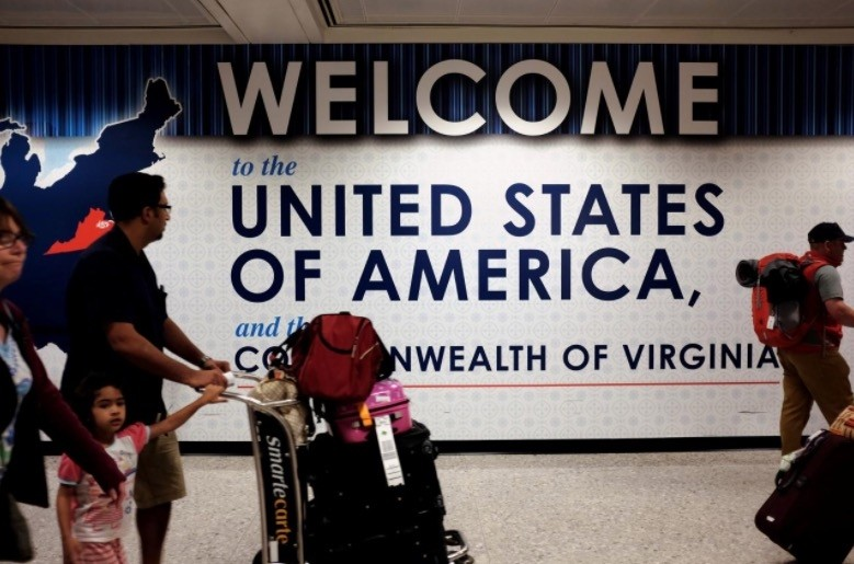 A family exits after clearing immigration and customs at Dulles International Airport in Dulles, Virginia, U.S. September 24, 2017. (Reuters Photo)