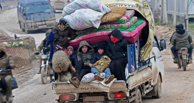 Displaced Syrians flee the countryside of Aleppo and Idlib provinces towards Syria's northwestern Afrin district near the border with Turkey Feb. 13, 2020. AFP Photo