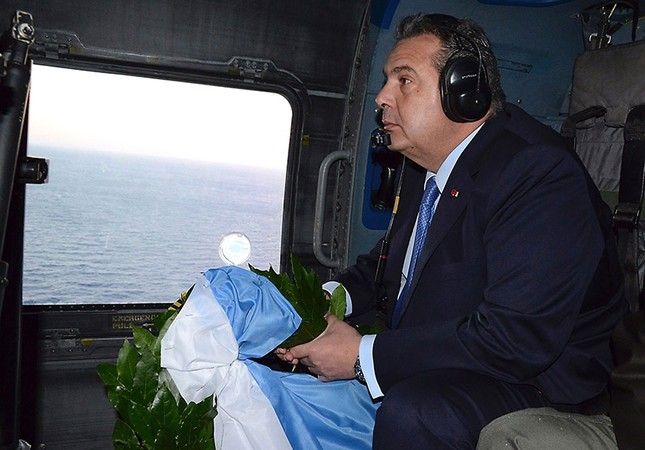 Greek Defense Minister Panos Kammenos prepares to throw a wreath over the area of the Imia Islets in the Agean Sea from a helicopter on Feb. 2, 2017. (AFP File Photo)