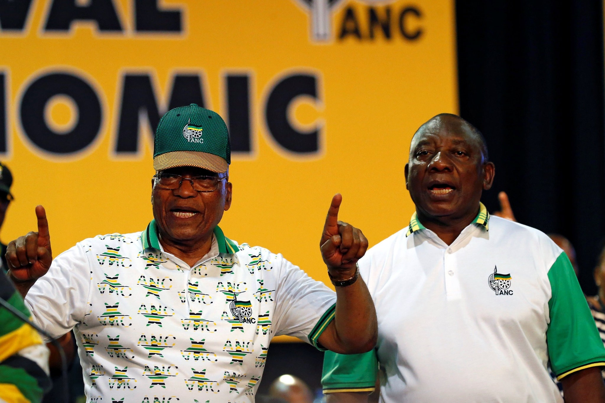 South Africa's President Jacob Zuma sings next to newly elected president of the ANC Cyril Ramaphosa during the ruling African National Congress (ANC) at the Nasrec Expo Centre in Johannesburg, South Africa December 18, 2017. (REUTERS Photo)