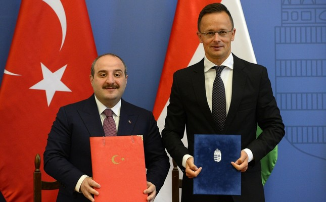 Industry and Technology Minister Mustafa Varank, left, and Hungarian Foreign Affairs and Trade Minister Peter Szijjarto pose after signing the protocol of the 6th meeting of the Hungarian-Turkish Joint Economic Committee, Budapest, June 26, 2019.