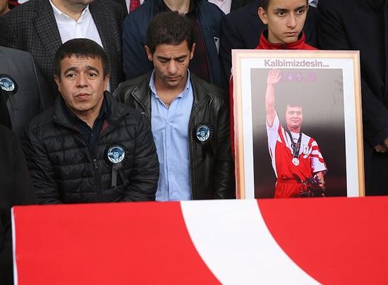 Ο Λεωνίδης της Ελλάδας αποχαιρετά τον φίλο και τον αντίπαλό του Ναϊμ Σουλλεμανόγλου στην κηδεία