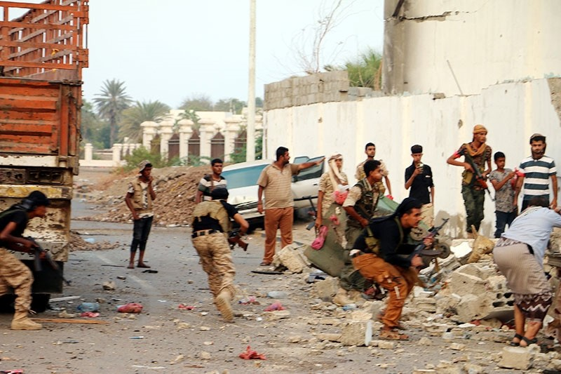 Yemeni security soldiers take position following twin suicide attacks targeting the police's Criminal Investigation Department in the southern port city of Aden, Yemen, 05 November 2017. (EPA Photo)