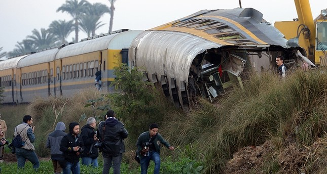 People inspect at the wreckage of a train in the Giza in Badrashin, about 40 km west of Cairo, on January 15, 2013. (AFP Photo)